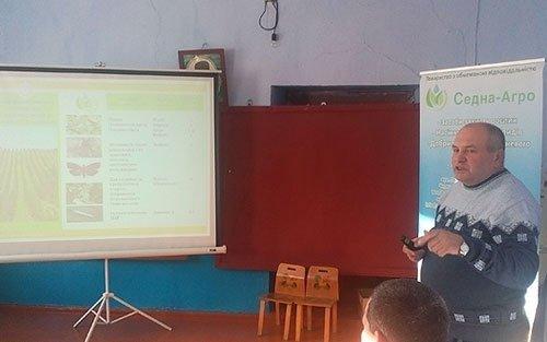 Фахівці ТОВ «Седна-Агро» проводять семінар для садівників